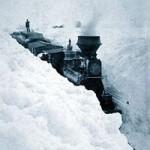 Treno sotto tanta neve