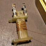 11 - per facilitare il lavoro raddopiate il filo che passa nel buco e fatelo uscire di circa 12 mm